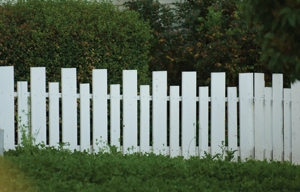 Simply alternating two different picket sizes puts these rectangular pickets to good use.