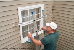 Ladder stabilizers are among the most useful accessories by helping to secure the ladder, protecting the house and allowing easy access to windows for cleaning and maintenance.