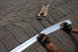 Algae stains on a roof can be removed with a proper cleaning agent and prevented from returning with the installation of zinc strips at the rood ridge.
