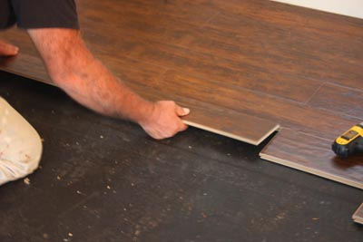 The tongues of the laminate boards fit into the grooves of the preceding rows at an angle.
