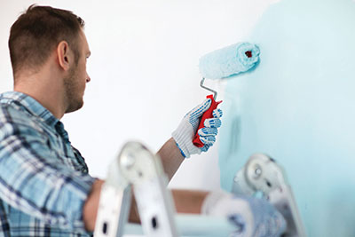 Synthetic roller covers require preconditioning to prevent the lack of paint release caused by the paint sticking to the fibers. Before use in latex paints, rinse the cover with a faucet or hose, then spin it to remove excess water. This extra step lubricates the fibers for smooth, consistent painting.
