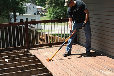 We removed the old decking with the Gutster demolition tool.